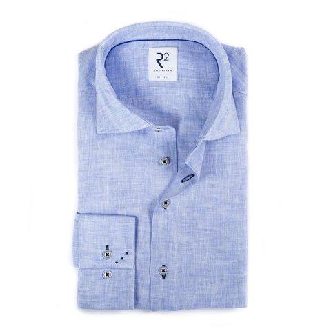 Hellblaues Leinenhemd.