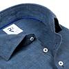 Kobaltblaues Leinenhemd.