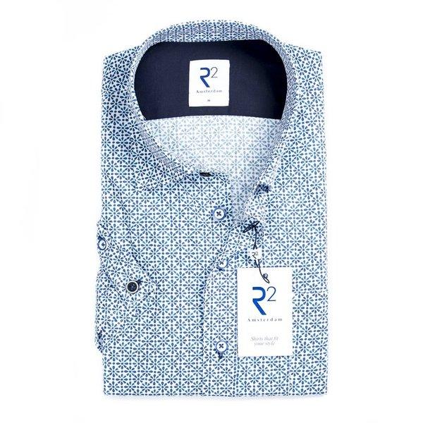 R2 Weißes Baumwollhemd mit blauem Blumendruck.