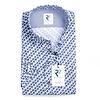 Weißes Baumwollhemd mit blauen Kreisen.