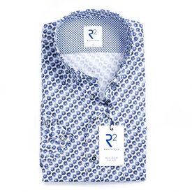 R2 Weißes Baumwollhemd mit blauen Kreisen.