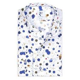 R2 Weißes Baumwollhemd mit Farbsplatter.