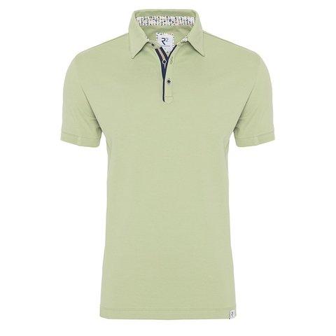Grünes einfarbiges Polohemd.