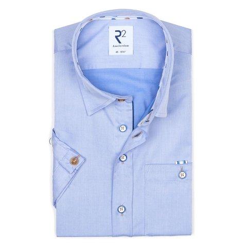 Korte mouwen blauw katoenen overhemd.