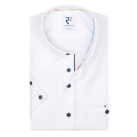 Korte mouwen wit katoenen overhemd.