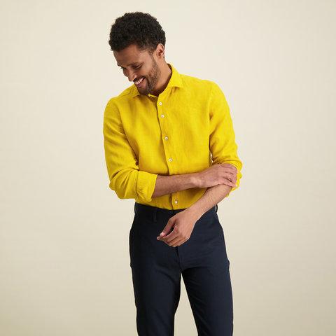Geel linnen overhemd.
