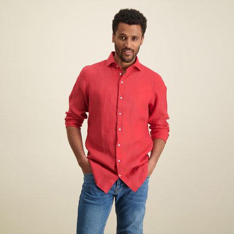 Rood linnen overhemd.
