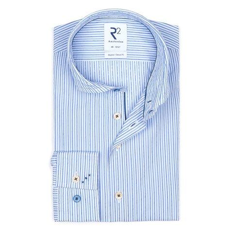 Hellblau gestreiftes Baumwollhemd.