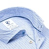 Lichtblauw gestreept katoenen overhemd.