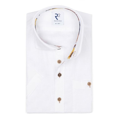 Korte mouwen wit linnen overhemd.