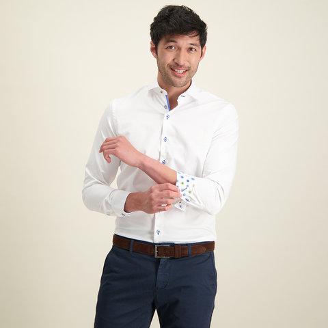 Weißes einfarbiges Baumwollhemd.
