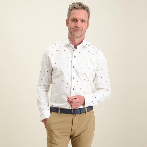 Weißes Baumwollhemd mit Musterdruck.