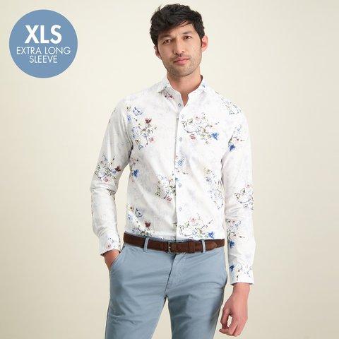 Extra lange Ärmel. Baumwollhemd mit weißem Blumendruck.