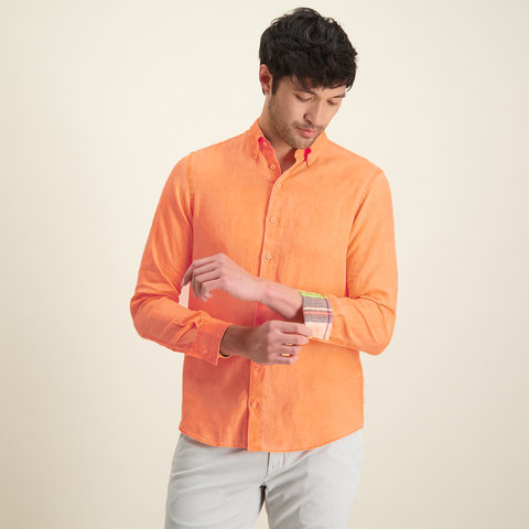 Orangefarbenes Leinenhemd.