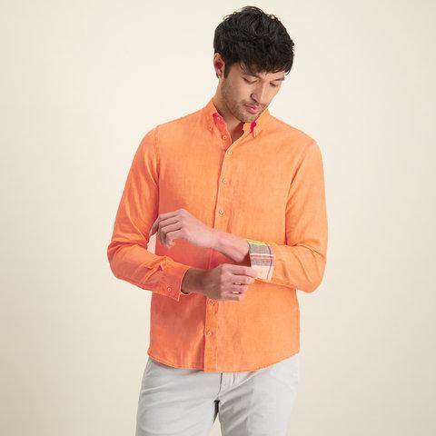 Oranje linnen overhemd.
