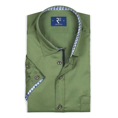 Kurzärmeliges grünes Baumwollhemd.