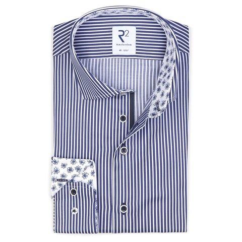 Blau gestreiftes Baumwollhemd.
