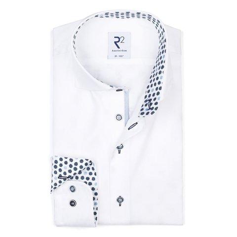 Wit katoenen overhemd.