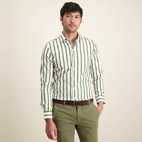Grün gestreiftes Baumwollhemd.