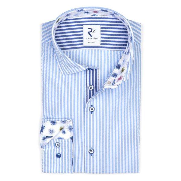 R2 Lichtblauw gestreept seersucker katoenen overhemd.