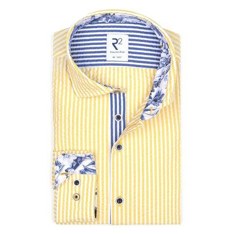 Gelb gestreiftes Seersucker Baumwollhemd.