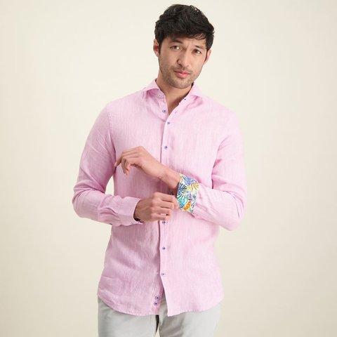 Roze linnen overhemd.