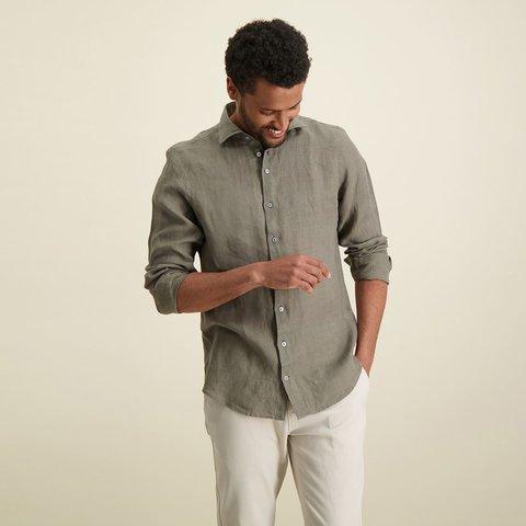 Donkergroen linnen overhemd.