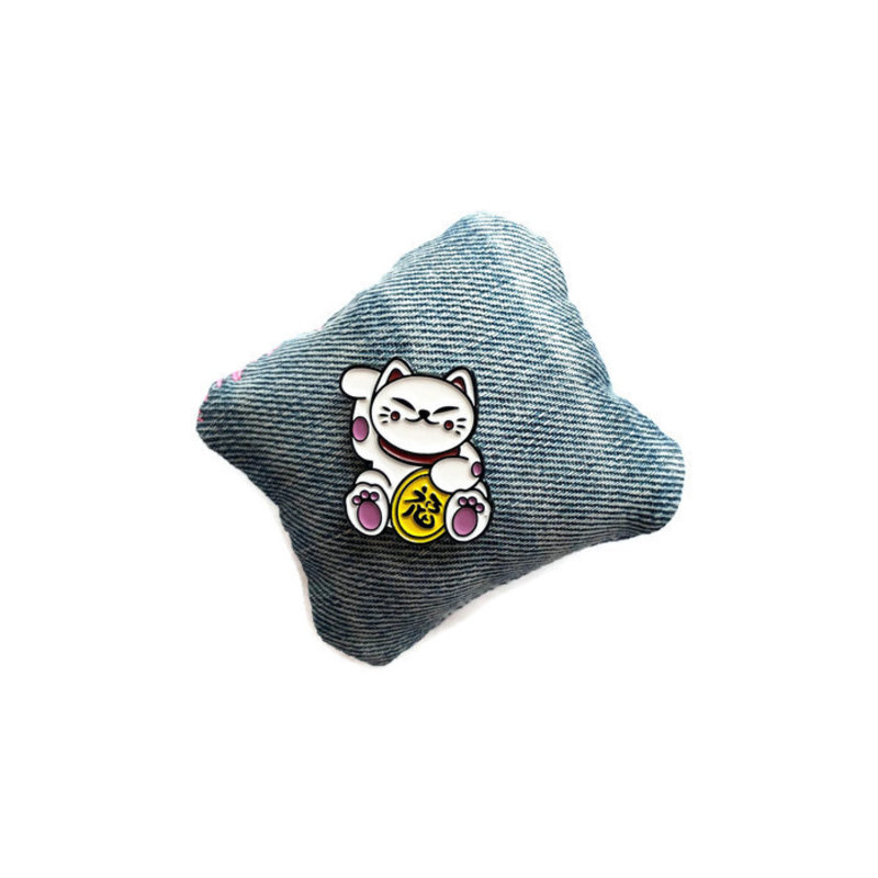 Emaille pin met maneki neko