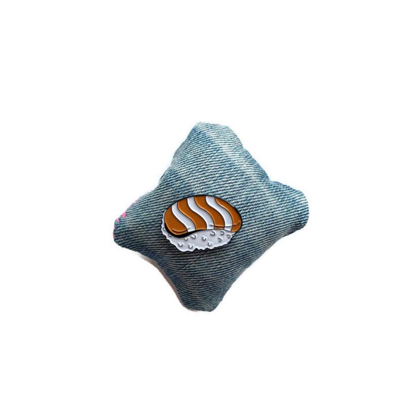 Emaille pin met zalm nigiri