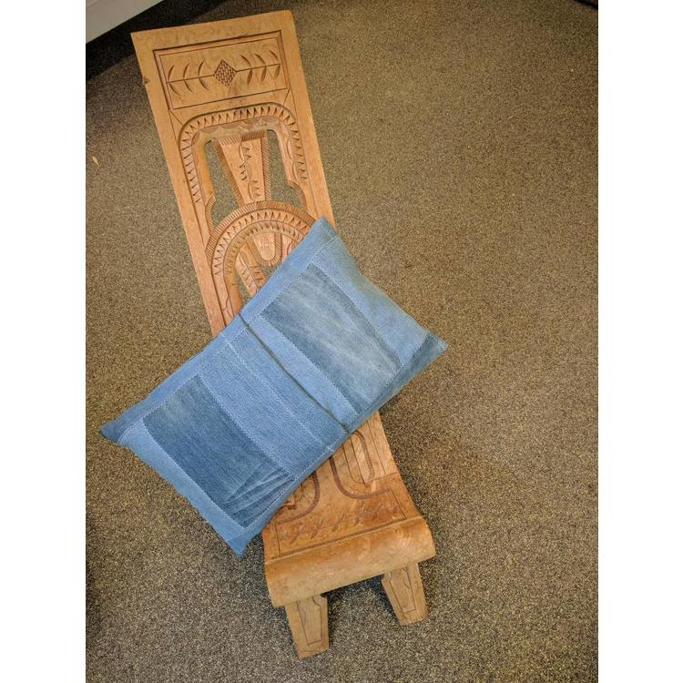 Kussen van handgeweven Kente stof en denim