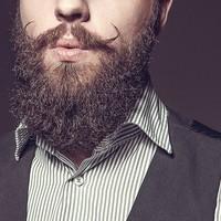 Hoe maak ik mijn krullende baard recht?
