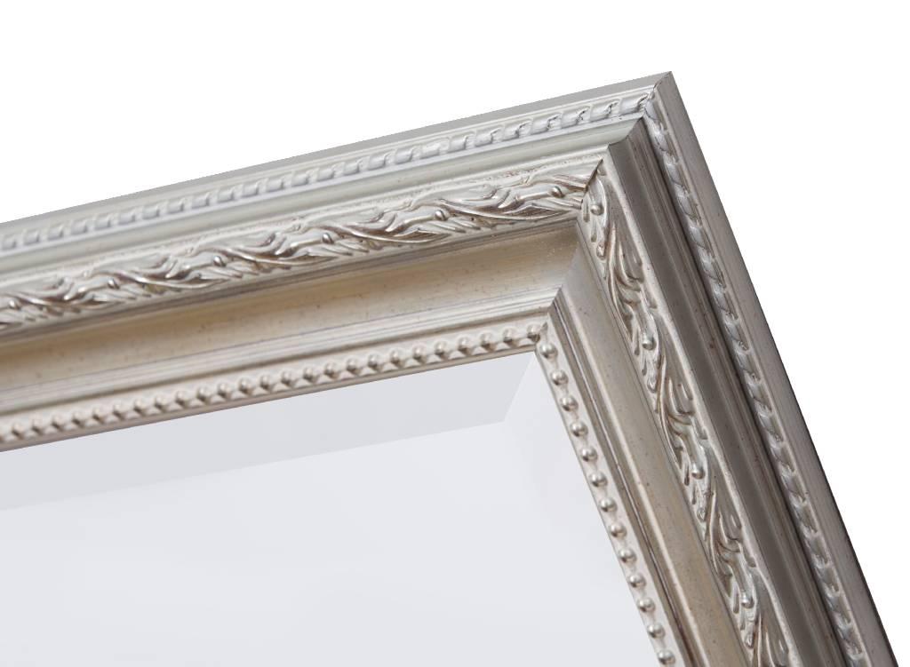 Spiegel mit silbernem Rahmen