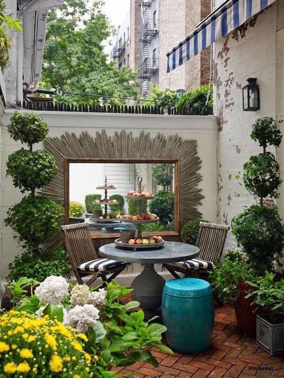 Ein Spiegel vergrößert Ihren Garten