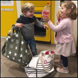Kindjes met ATF tassen