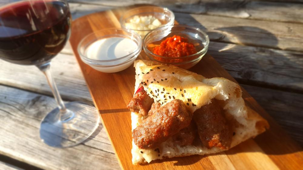 Op houtskool gegrilde Ćevapčići met Turks brood en zure room