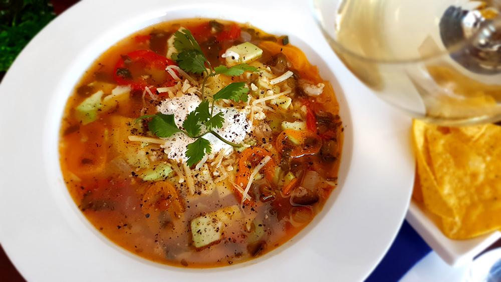 Avocadosoep met kip en jalapeños