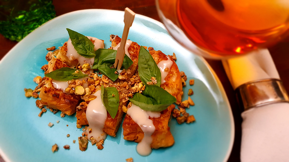 Brioche 'Pang Ping' met kokoscrème, basilicum en gesuikerde pistachenoten