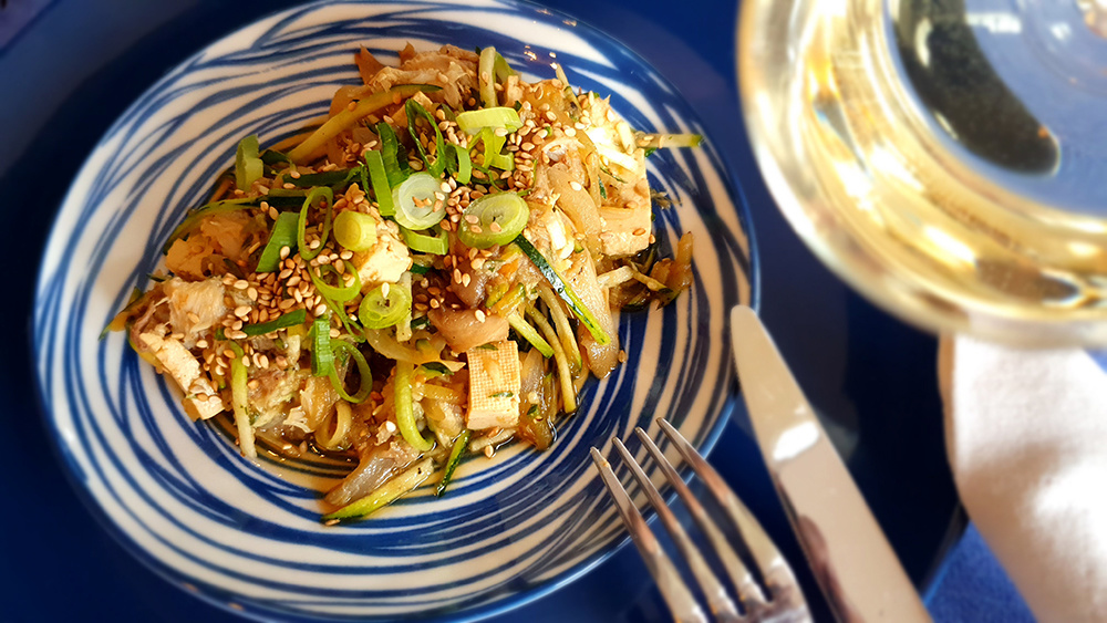 Japanse courgette spaghetti met oesterzwam, makreel en tofoe