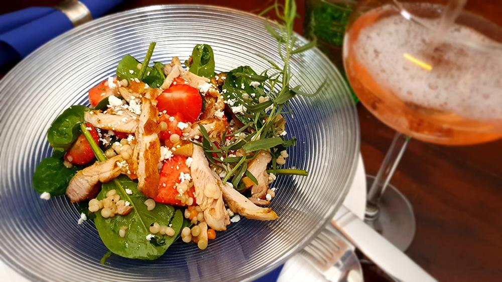 Salade met kip, aardbei, spinazie, feta, parelcouscous en dragondressing