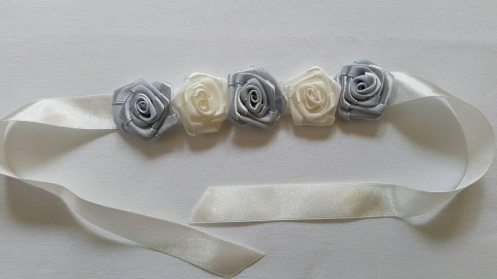 2476 Polscorsage satijn roosjes ivoor en grijs