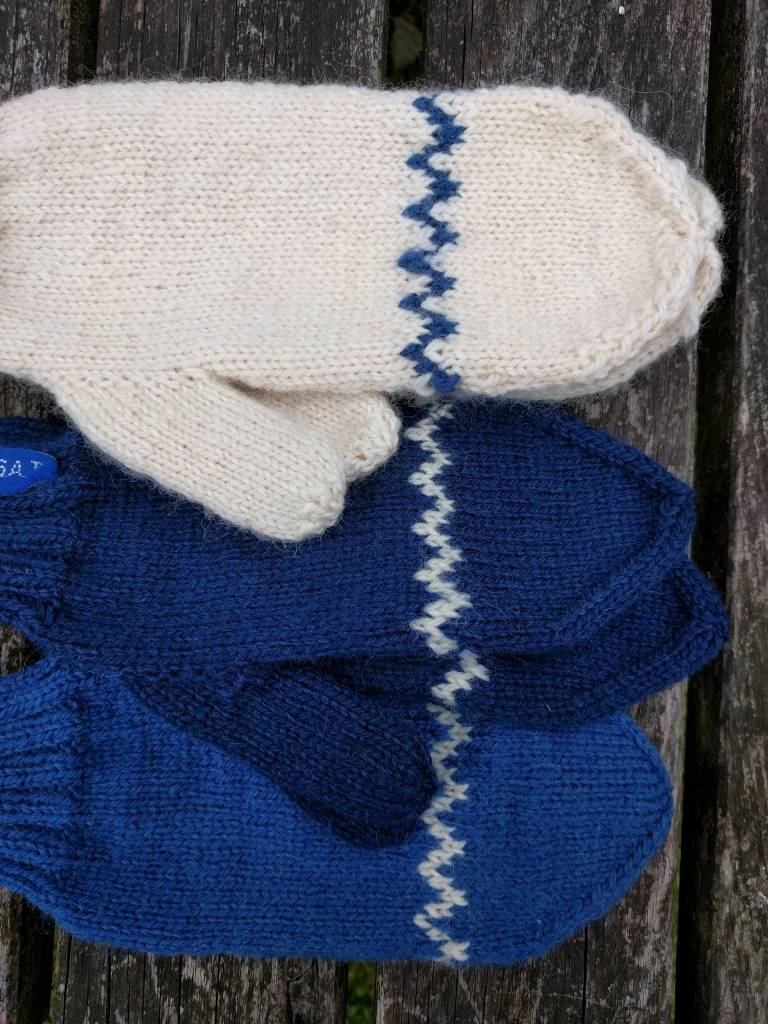 Mittens with zigzag pattern