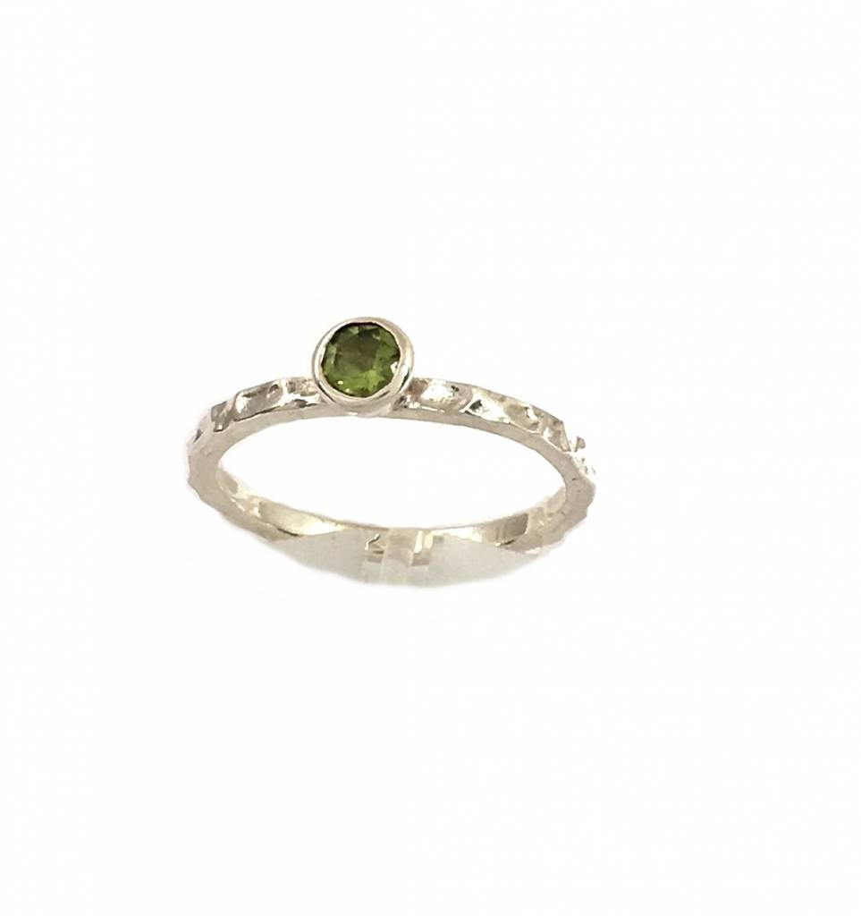 3759987826828 Hammered ring with peridot gemstone (round cut)