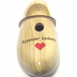 Holzschuhe in Form von einem Nistkasten mit Text