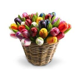 Hölzerne Tulpen in einem Weidenkorb in gemischten Farben Ihrer Wahl