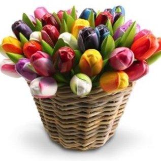 Houten tulpen in een rieten mand in gemengde kleuren naar eigen keus