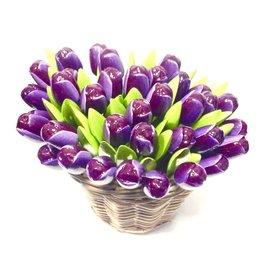 dunkelviolette hölzerne Tulpen in einem Weidenkorb