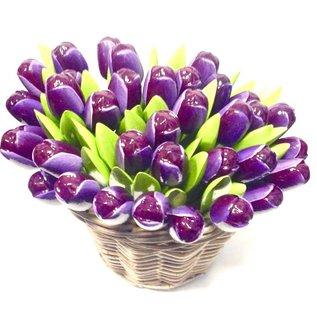 donkerpaarse houten tulpen in een rieten mand