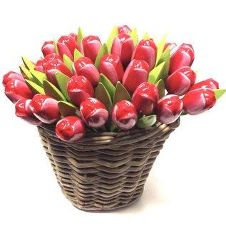 Rot-weiße Holztulpen in einem Weidenkorb
