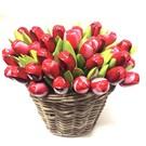 Tulpen aus Holz in einem Korb in Mischfarben rot