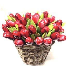 Houten tulpen in een rieten mand in gemengde kleuren rood